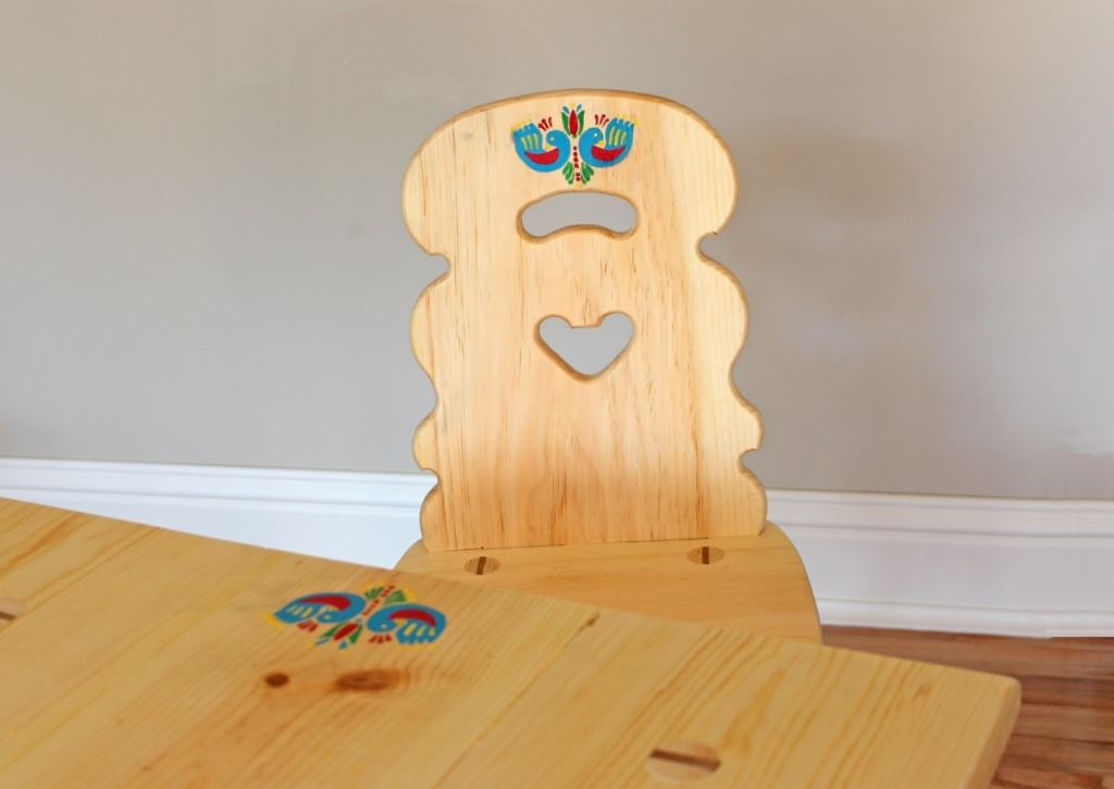Motiff and details of a chair like in the movie Heidi